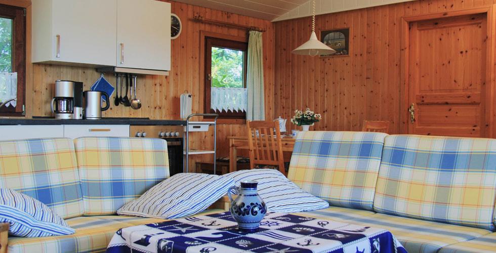 Wohnzimmer des Ferienhaus Im Waldweg mit Koch- und Sitzgelegenheit