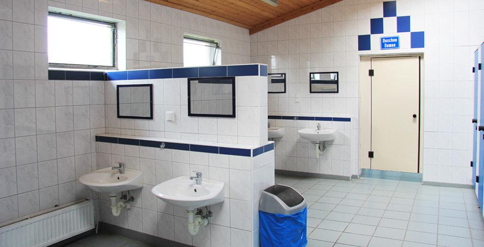 Waschräume auf Gut Karlsminde mit Waschbecken