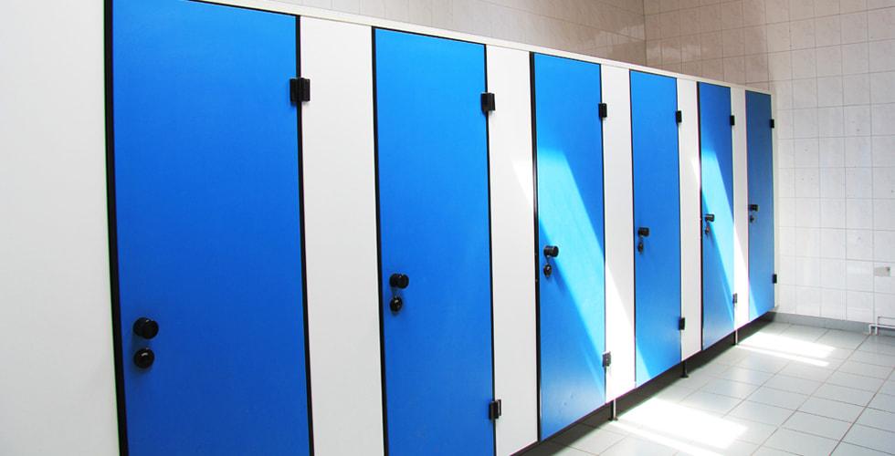 Sechs blaue Türen nebeneinander, Toilettenräume
