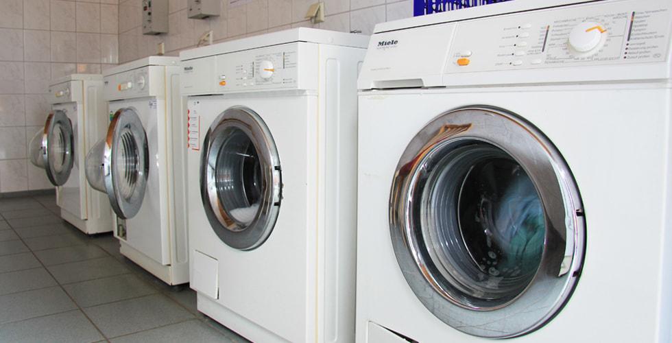 Mehrere Waschmaschinen nebeneinander