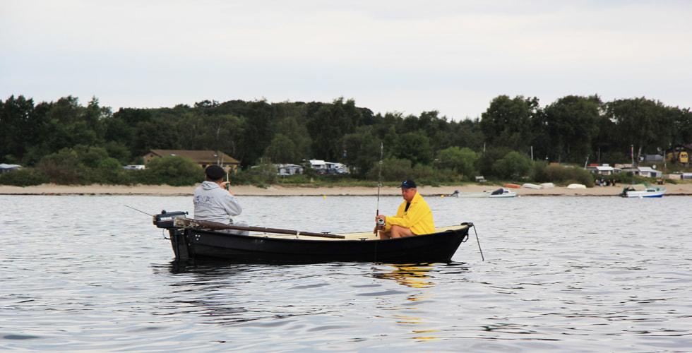 Angeln aus dem Boot nahe am Strand