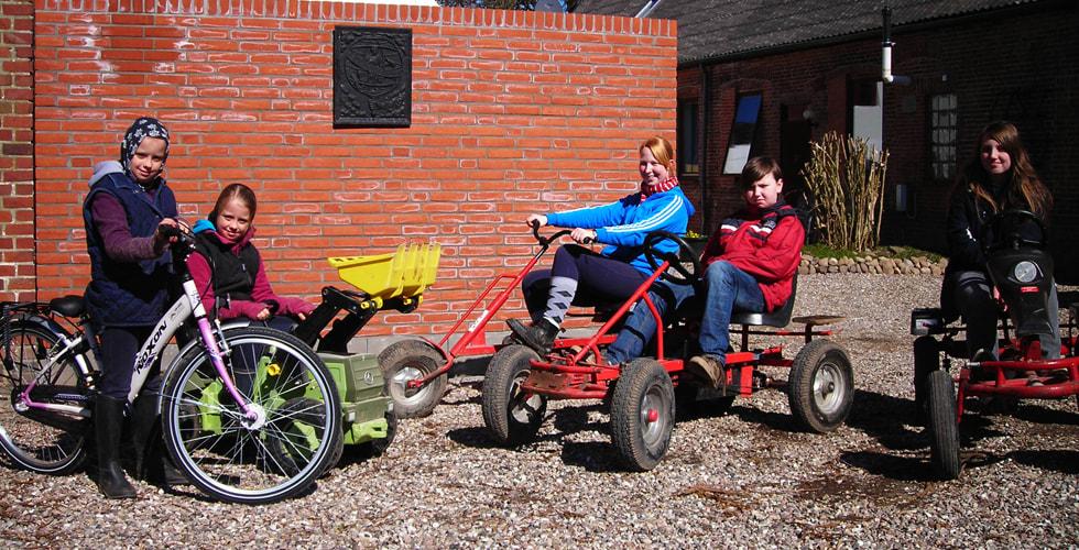Kinder auf Dinocarts, Fahrrädern und Trettreckern